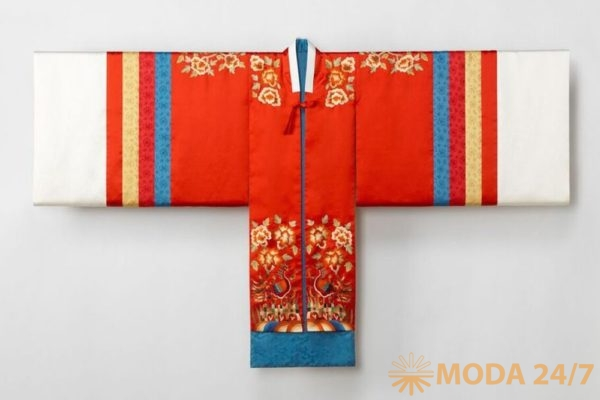 Свадебная рубаха (хварот) 2015. Реконструкция на основе предмета одежды династии Чосон. (Фотография ©Arumjigi Culture Keepers Foundation)