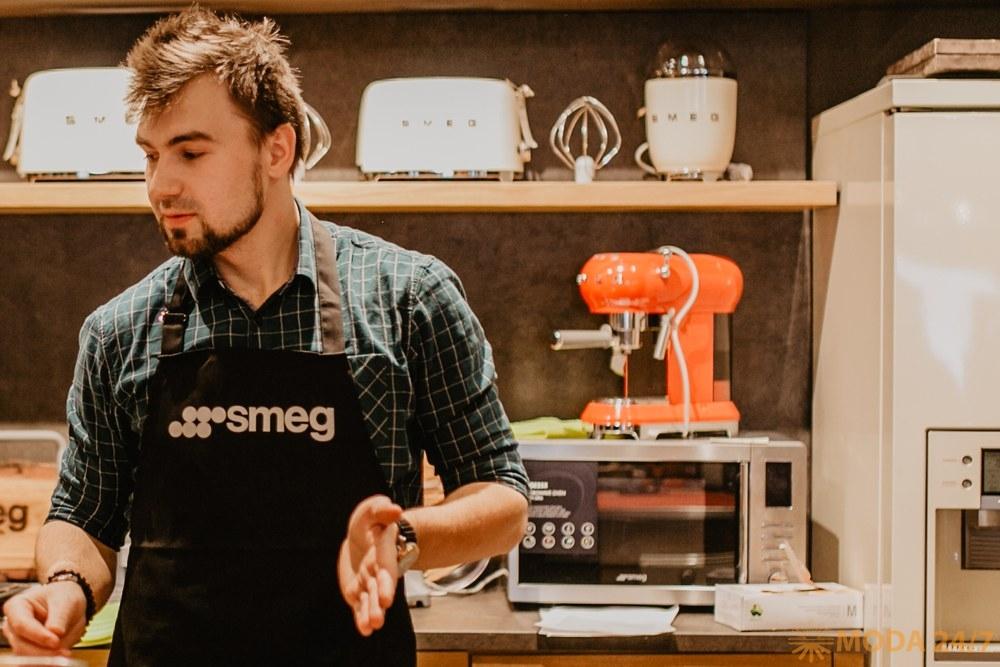 Шеф-повар Сергей Кузнецов, на заднем плане кофемашина-эспрессо ECF01 из коллекции «Стиль 50х» (Smeg 50's style)