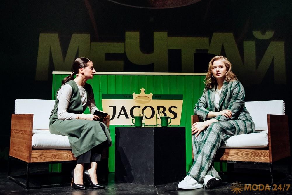 Бренд менеджер Jacobs Анна Кудрявцева и актриса Саша Бортич. Jacobs дарит подарки