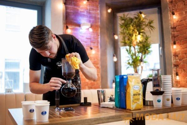 Бариста Paulig готовит Paulig Café Paris