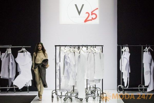 Подиум показа Victoria Andreyanova с лекалами марки. Victoria Andreyanova FW-2018/19 (осень-зима 2018/19)