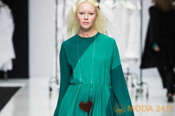 Зеленое трикотажное платье с оригинальным кулоном. Victoria Andreyanova FW-2018/19 (осень-зима 2018/19)