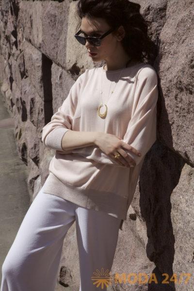 Розовый джемпер и белый брюки FREE AGE Premium Leisure. Новая коллекция FREE AGE Premium Leisure