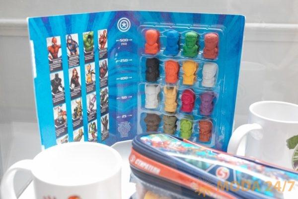 Коллекция «Герои Marvel» состоит из 16 разноцветных ластиков («Стирателей»), пенал для ручек и карандашей с отстегивающейся секцией для ластиков, альбом для коллекционирования и кружки с героями MARVEL. «Герои Marvel» в Пятерочке