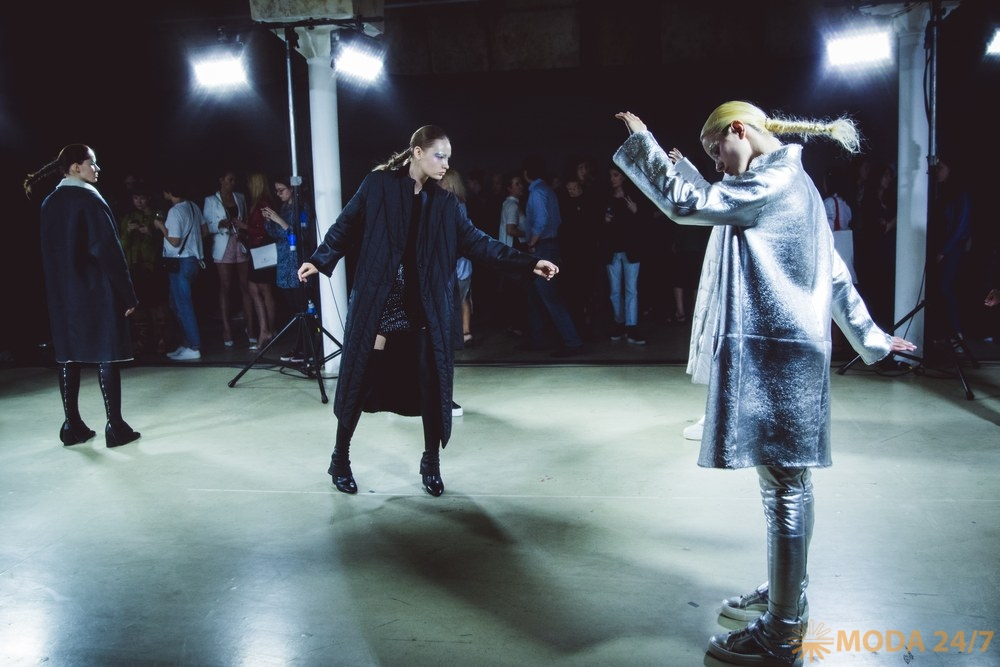 Пуховики с меховой отделкой, пальто, дубленки, кожаные аксессуары. Tegin FW-2018/19 «Футуристическая Снегурочка»