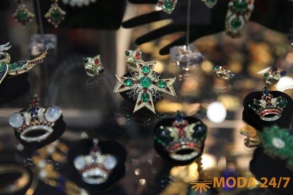 Геральдические символы: кресты и короны. Бижутерия: геральдические украшения – эмодзи для взрослых?