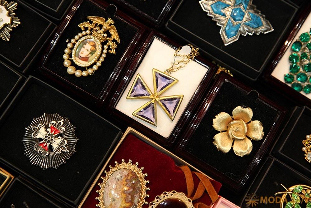 Геральдические символы: лилии и кресты. Бижутерия: геральдические украшения – эмодзи для взрослых?