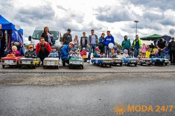 Участие в захватывающей гонке на педальных автомобилях на настоящей трассе Формула-1