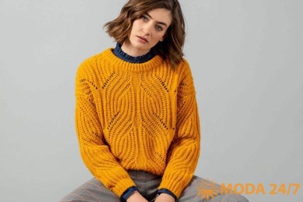 Горчичный женский вязаный свитер с кружевным узором