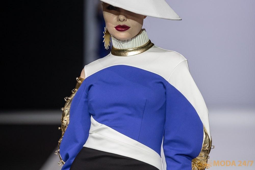Украшают коллекцию шляпы в форме «Каса»