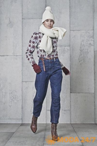Свитер и джинсы. BLUE