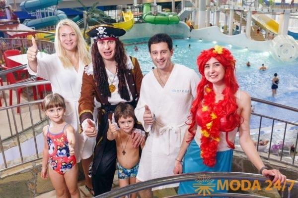 Антон и Виктория Макарские с детьми в «Мореон»