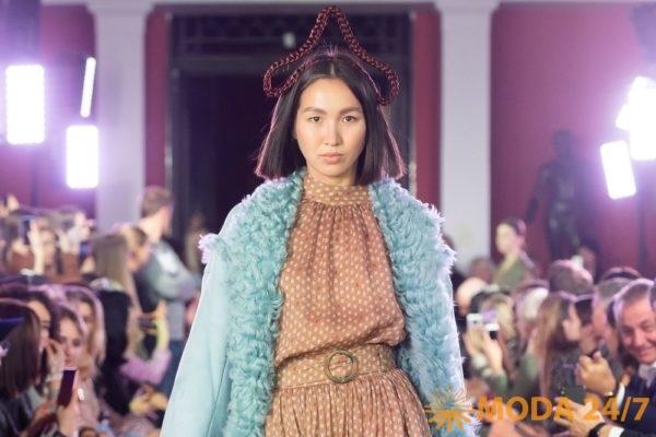 Алена Ахмадуллина весна-лето 2020. Голубая дубленка и платье