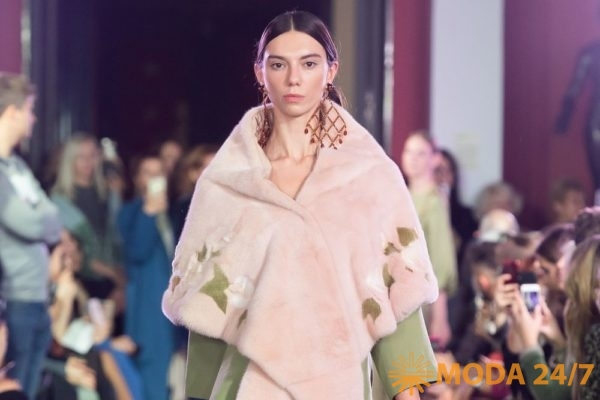 Алена Ахмадуллина весна-лето 2020. Меховая накидка и оливковый жакет