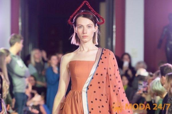 Алена Ахмадуллина весна-лето 2020. Платье с платком