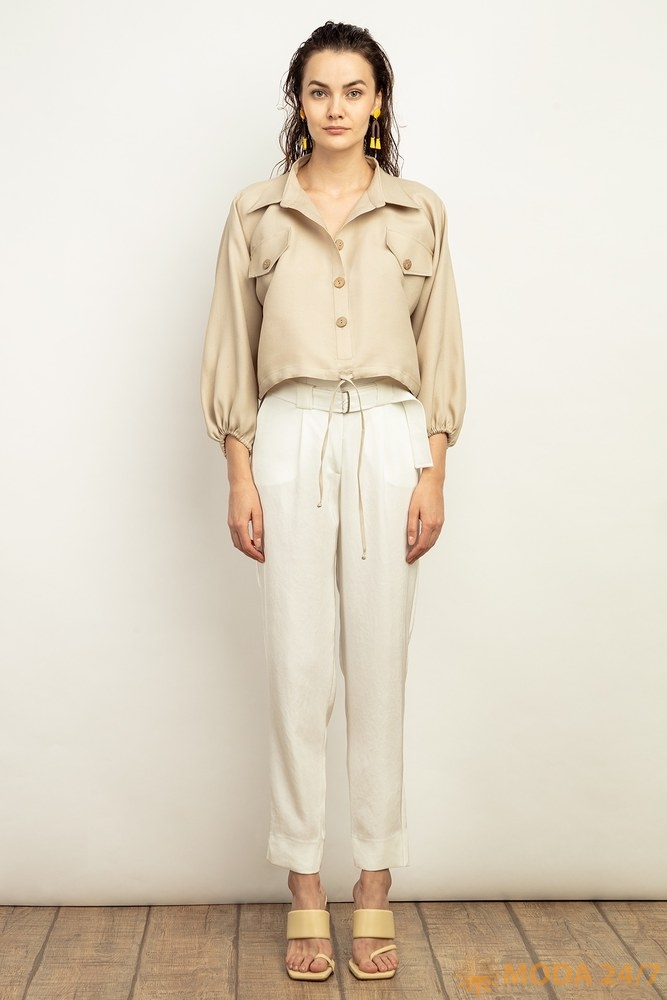 Шелковая блуза с длинным рукавом и льняные брюки