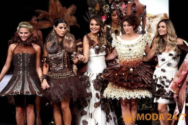 Показ шоколадных платьев на Салоне шоколада в Экспоцентре