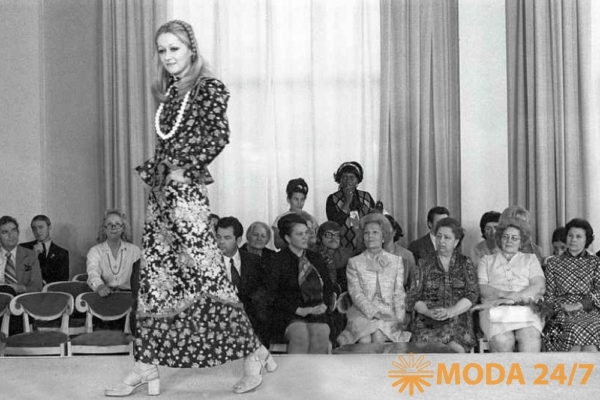 Татьяна Михалкова на подиуме Общесоюзного дома моделей, в зале Пэт Никсон и Виктория Брежнева (1972г.)