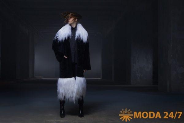 Черная шуба прямого силуэта с карманами, воротник и отделка по низу выполнена из роскошного меха яка. Tegin осень-зима 2021