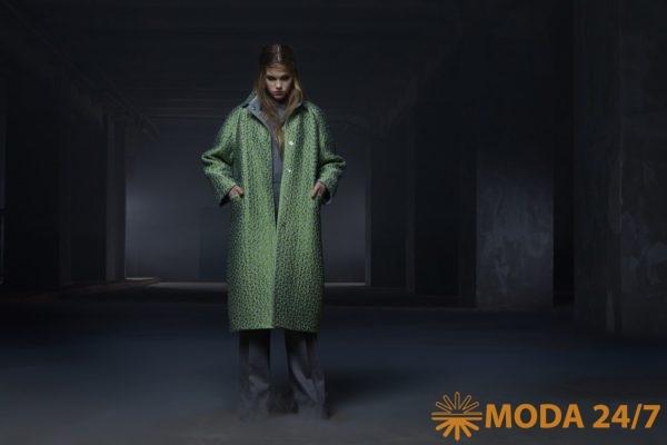 Пальто из фактурного жаккарда с геометрическим рисунком на подкладке из экомеха с карманами и застёжкой на кнопки. Tegin осень-зима 2021