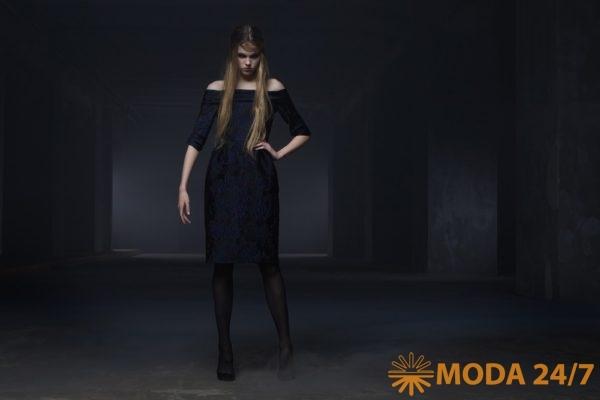 Приталенное платье с открытыми плечами из фактурного жаккарда с флористическим рисунком. Tegin осень-зима 2021