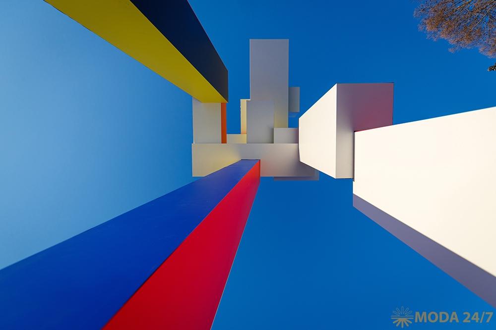 Арт-объект «Небоскреб» на аллее у Дворца Молодежи, г. Екатеринбург