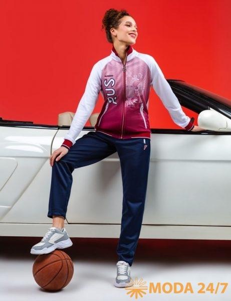 Женская куртка и спортивные брюки