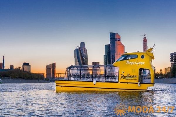 Яхта «Подсолнух» «Цветочная Флотилия» на фоне Москва-сити