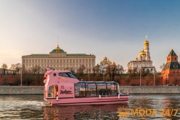 Яхта «Роза» на фоне Большого Кремлёвского дворца Цветочная Флотилия