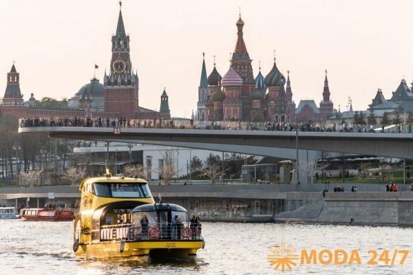 Яхта «Подсолнух» на фоне Кремля и Зарядья