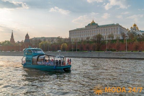 Цветочная Флотилия Яхта «Незабудка» на фоне Кремлёвской набережной