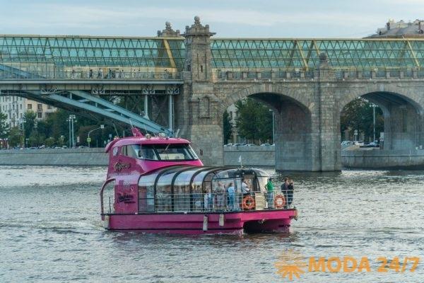 Яхта «Фуксия» «Цветочная Флотилия» на фоне Пушкинского (Андреевского) моста