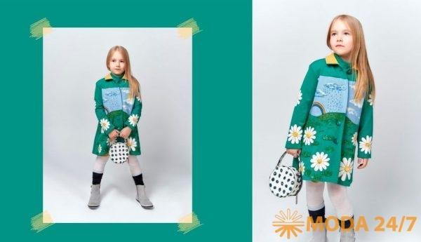 Алина Березина. Зеленое слегка расклешенное пальто (лето) с крупными ромашками дополнено платьем