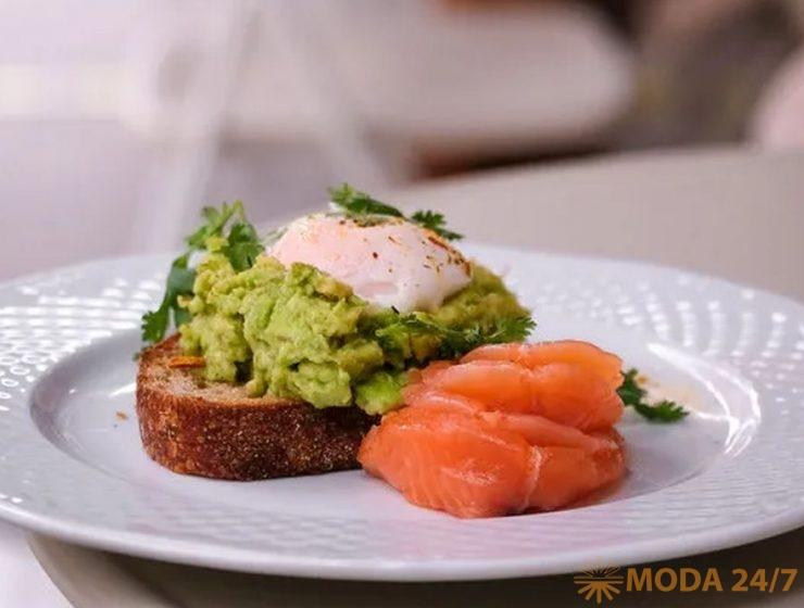 Авокадо тост, яйцо пашот и лосось в Caffé Mandy's