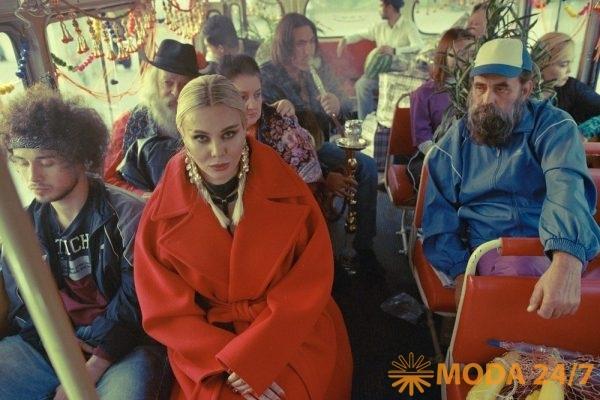 Певица TO-MÁ в клипе «Догорает кальян»