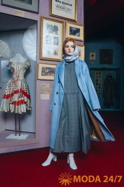 Косынка, платье и пальто из коллекции Victoria Andreyanova FW-2021/22