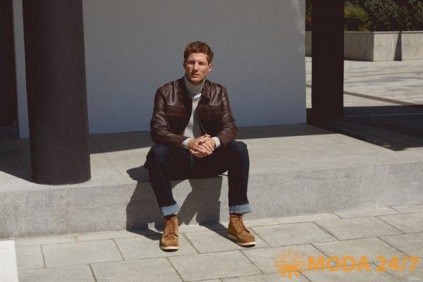 Кожаная куртка, белая водолазка и джинсы
