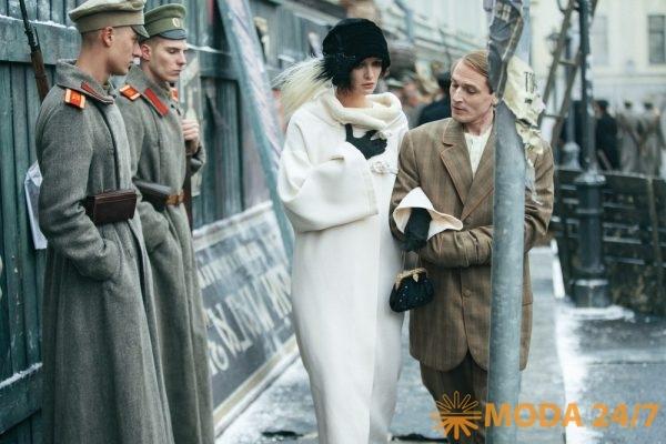 Паулина Андреева (Вера Холодная) в пальто с воротником стойкой, кадр из телесериала «Вертинский»