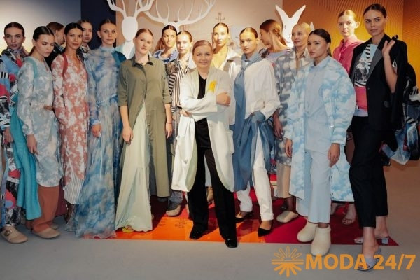 Виктория Андреянова с моделями на показе в Московском музее дизайна